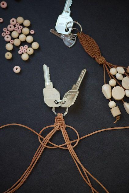 DIY macramé leather keychain with wood beads by lebenslustiger.com, Makramee Sc…