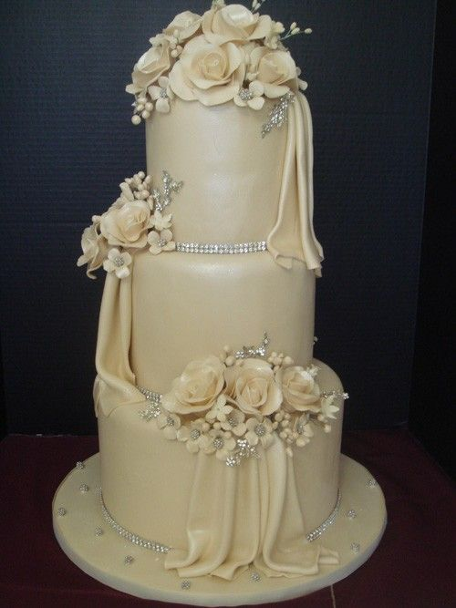 Classic White Cakes | Weddings Illustrated
