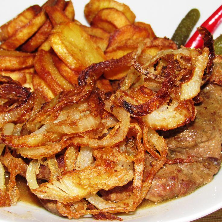 Egy nagy darab hús, rengeteg hagyma, és két jó recept!   Hagymás rostélyos - klasszikus (2 fő részére)   4 szelet rostélyos (kb. 4 x 120-150 g), ízlés szerint só és frissen őrölt fekete bors, kb. 1-1 evőkanál olaj és vaj a sütéshez, 2 evőkanál liszt, 20 g vaj, 3+2 fej felkarikázott vöröshagyma, 500 ml marhaalaplé, 1-2...
