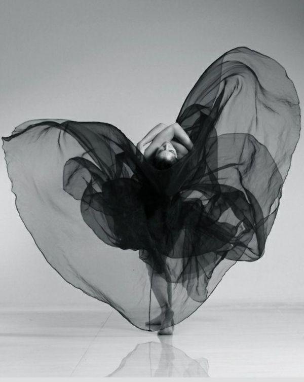 tenue de danse moderne, une voile noire