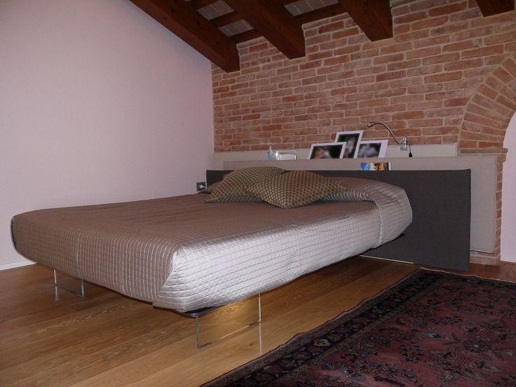 Vele by LAGO è il letto con la testiera a pannelli che sembrano onde mosse dal vento | Il letto Vele ha una testiera che nasconde dei ripiani per riporre qualsiasi cosa a portata di mano. | Everithing