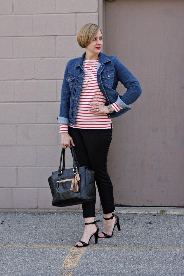 Lindo look com calça capri preta mais sequinha com blusa de listras e sandália statement. Outra trinca que sempre dá certo: jeans + vermelho + preto. Foto: blog Fancy Stuff and Pretty Things