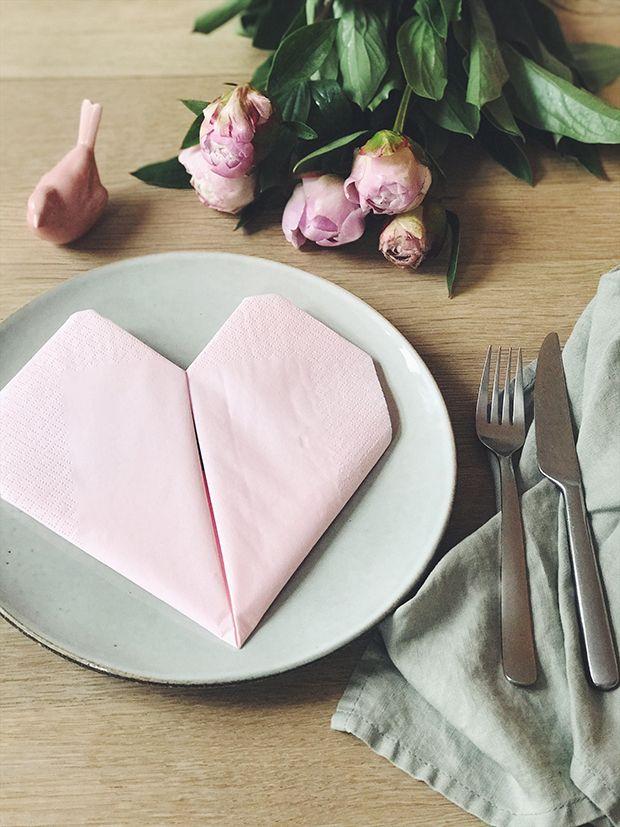 Disse søde hjerteservietter kan bruges i alverdens anledninger, lige fra jul og fødselsdage til mors dag eller bare en hyggelig middag med venner og veninder. Lær at folde de enkle og søde servietter her.