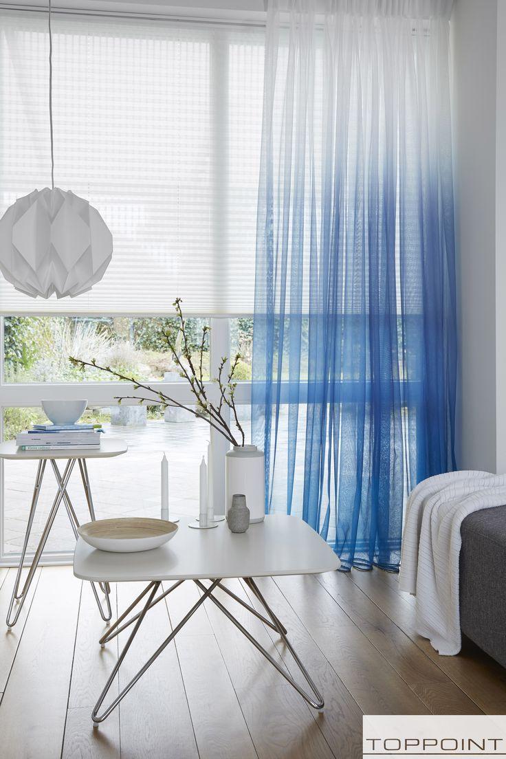 Deze vitrage loopt over van wit naar hemelsblauw zogenaamd dip dye. Een mooie combinatie met houten en witte meubels.