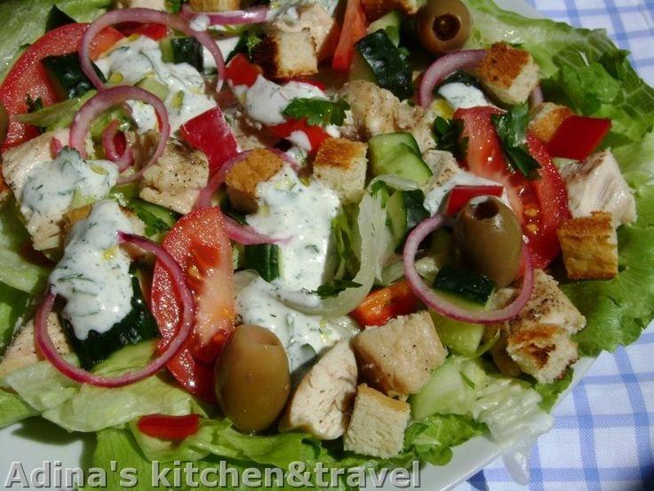 Reteta culinara Salata de pui cu sos de iaurt din categoriile Salate, Salate, Salate. Cu specific romanesc.. Cum sa faci Salata de pui cu sos de iaurt