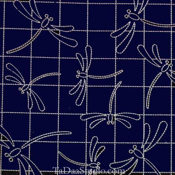 Este kit viene con un sampler de la marina de guerra de la libélula y su elección de hilo de bordar sashiko.  El muestreador tiene 2 capas de algodón 100%, tejido ligero. Es impreso con líneas de costuras wash-out. 13 Plaza Hilo de rosca es 100% algodón, 40 metros (44yards) 1mm de espesor.  Opciones de Color va hacia la derecha en el círculo de hilo, a partir de la parte superior del hilo de rosca: Rosa caliente #21 Rosa #14 Caliente naranja #22 Zanahoria naranja #14 #16 amarillo Marrón #3…