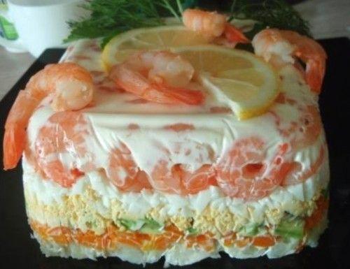 Слоеный салат-торт с креветками, авокадо и овощами