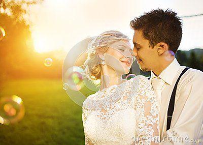 Молодые пары свадьбы на луге лета