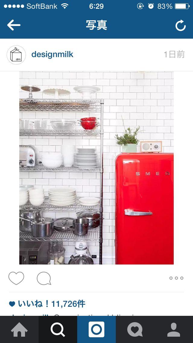 見せる収納の美しさの決め手は、色を多くしない事。 食器は白。調理器具はシルバーとだいたい統一されている。