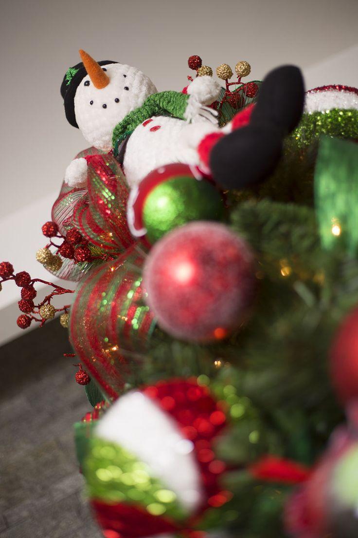 Decoración navideña con los tradicionales colores de la temporada, esta colección se distingue por sus adornos en rojo, verde además de peluches de los clásicos santa y snowman. #Decoracion #Navidad