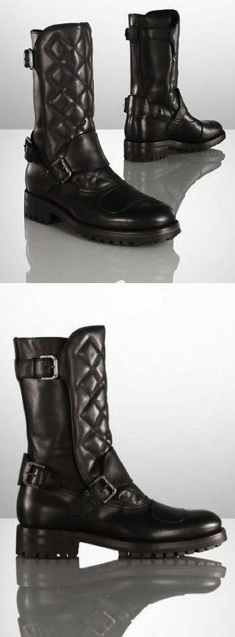 Les bottes pour hommes Ralph Lauren Grover sont confectionnées en Italie en cuir de vachette ciré avec une belle tige matelassée et des lanières brutes à boucles.