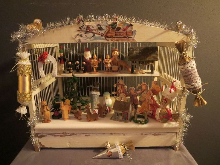 German Christmas booth, ca. 1900.   Size: 37.5 x 23 x 30 cm (WxDxH) Wonderful, original state of light wood with beautiful, delicate wooden spindles.  Filled with many miniature figures from the Erzgebirge, Christmas decorations and Tinselkette.