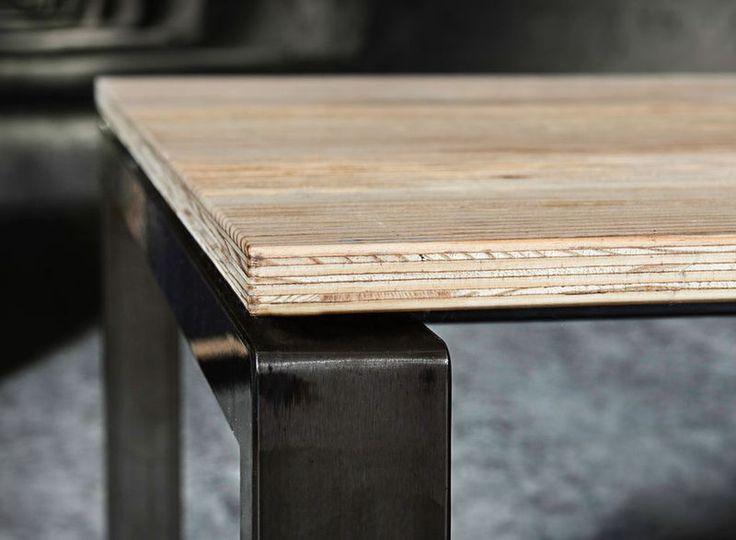 Письменные столы и столы заседаний ALEO.pur могут быть на неподвижных или регулируемых по высоте опорах в исполнении 4 ноги. или О-образные.  Парящая столешница из 19 мм/ фанеры с матово лакированной поверхностью выглядит нарочито грубо и в то же время притягательно. Броский строгий металлический черный каркас покрытый лаком подчеркивает лаконичность изделия. Чистое удовольствие от материала!