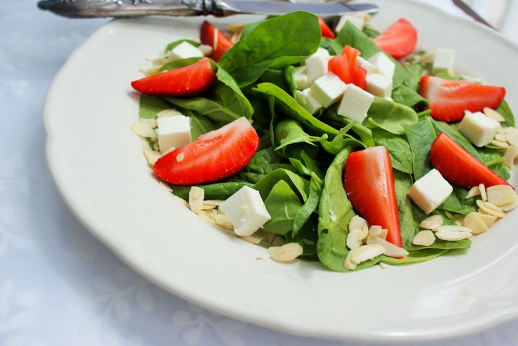 Sałatka ze szpinaku i truskawek – Serki w Kuchni