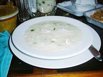 아로스 칼도 ( Arroz Caldo )  필리핀의 서민들이 가장 즐겨먹는 요리로 한국의 '죽'에 해당하고 태국음식의 '카오뚬'과 같다.     아침시간이면 동네의 모든 식당에서 아로스 칼도를 만날 수 있다.