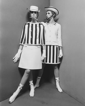 André Courrèges lance la mini-jupe en France - 1965