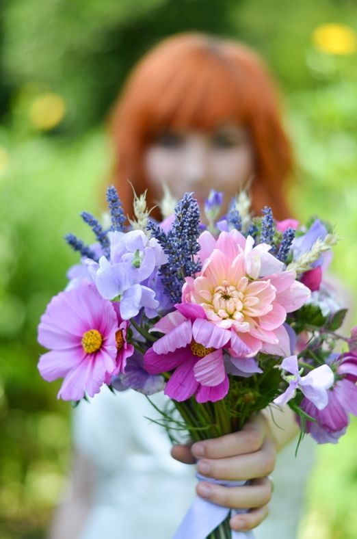 Get inspired: A gorgeous wedding bouquet of lavender, sweet peas and cosmos!
