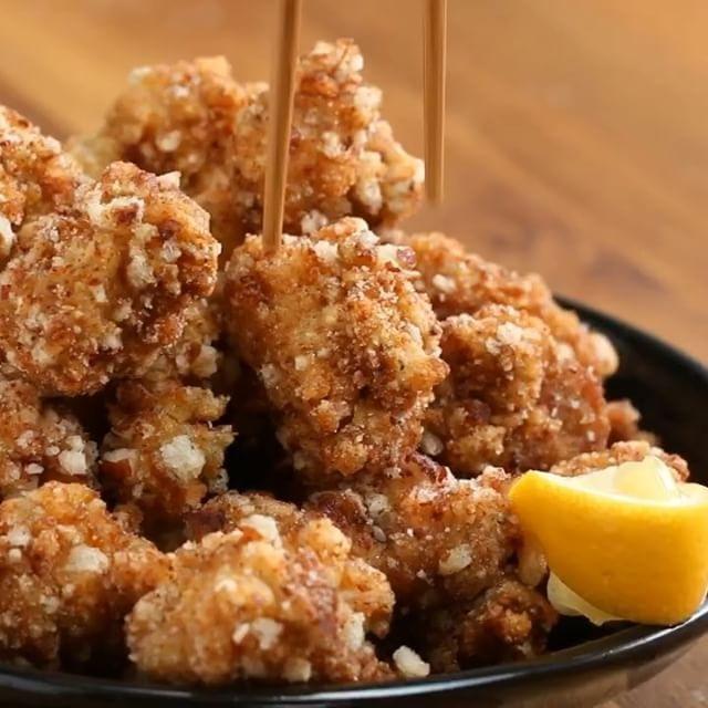 クリスピーせんべいチキン  3〜4人分  材料: A鶏もも肉(一口大)425g Aおろししょうが 大さじ1 Aにんにく(みじん切り) 1片分 A酒 大さじ1 Aしょうゆ 大さじ2 A砂糖 小さじ2  せんべい 2カップ 片栗粉 1/2カップ 溶き卵 3個分 揚げ油  塩 レモン  1.ボウルにAを入れてよく揉み込み、1時間以上漬け込む。 2.せんべいを粗く砕いてボウルに入れておく。 3.1を片栗粉、溶き卵、せんべいの順にくぐらせる。 4.160℃の油で3を揚げる。鶏肉に火が通り、外側がカリカリになったら網の上などにあげ、油を切る。 5.塩をふりかけ、レモンを添えたら、完成!