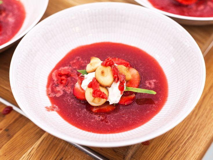 Jordgubbssoppa med mandelbiskvier och mascarponekräm | Recept från Köket.se