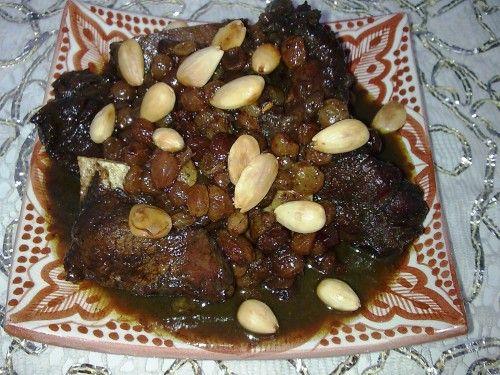 Ce plat traditionnel marocain, préparé à l'occasion de la fête du mouton, est composé de viande d'agneau, de raisins secs, de miel et de Ras-El-Hanout ou célèbre mélange d'épices marocain, qui peut contenir jusqu'à 50 ingrédients (gingembre, muscade,...