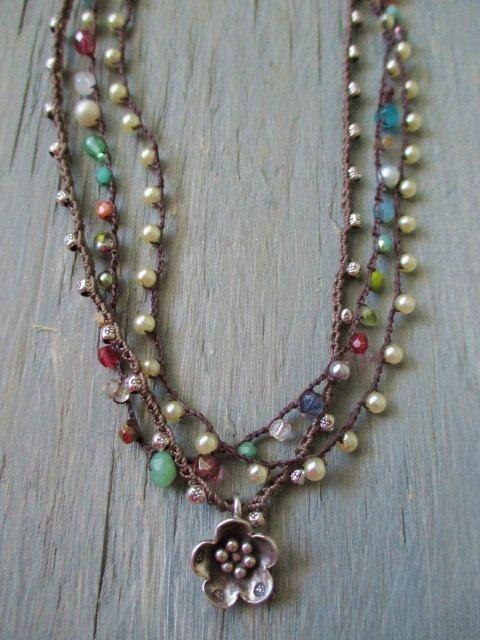 Ultra delicato uncinetto collana - piccoli tesori Multi - colorato semi preziosa gemma preziosa stratificazione collana boho di slashKnots