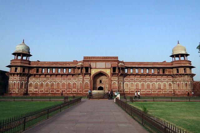 En rejse gennem den mest hektiske del af Indien med besøg i storbyerne Delhi og Mumbai, der døgnet rundt summer af liv fra millioner af mennesker. Undervejs besøges også nogle af landets mest poetiske og fredfyldte steder samt helligdomme med enestående kulturskatte.