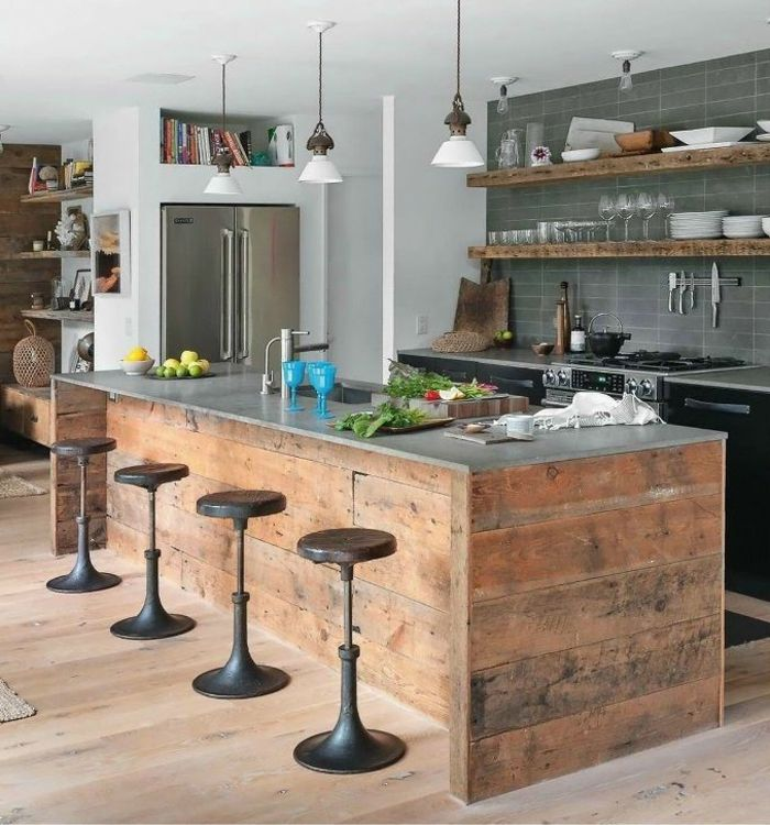 Pour la forme de l'îlot central qui permet de s'asseoir  joli bar de cuisine en bois et chaises de bar en fer et bois pour un amenagement petite cuisine