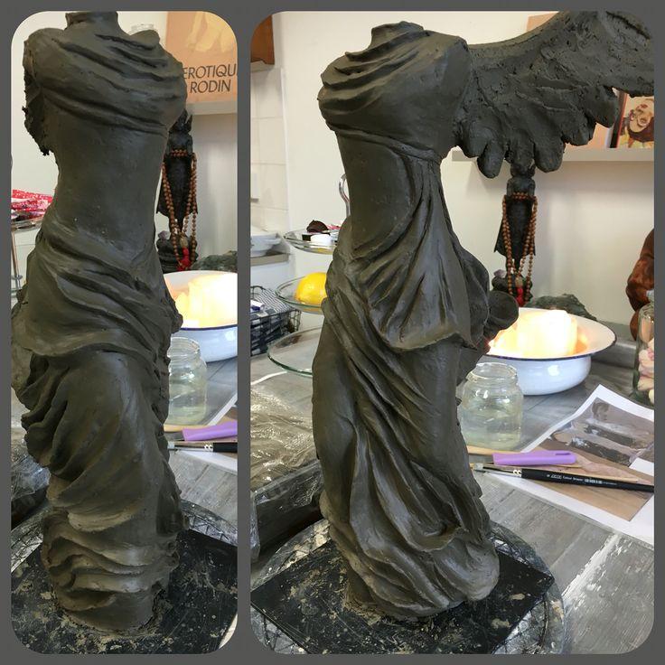 Beeld 3, geïnspireerd door de Gevleugelde Nikè van Samothrake stelt de Griekse godin van de overwinning Nikè voor.