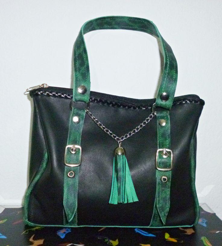 Cartera Tipo Maletín de cuero color negro, con detalles y manijas en cuero leopardo verde.