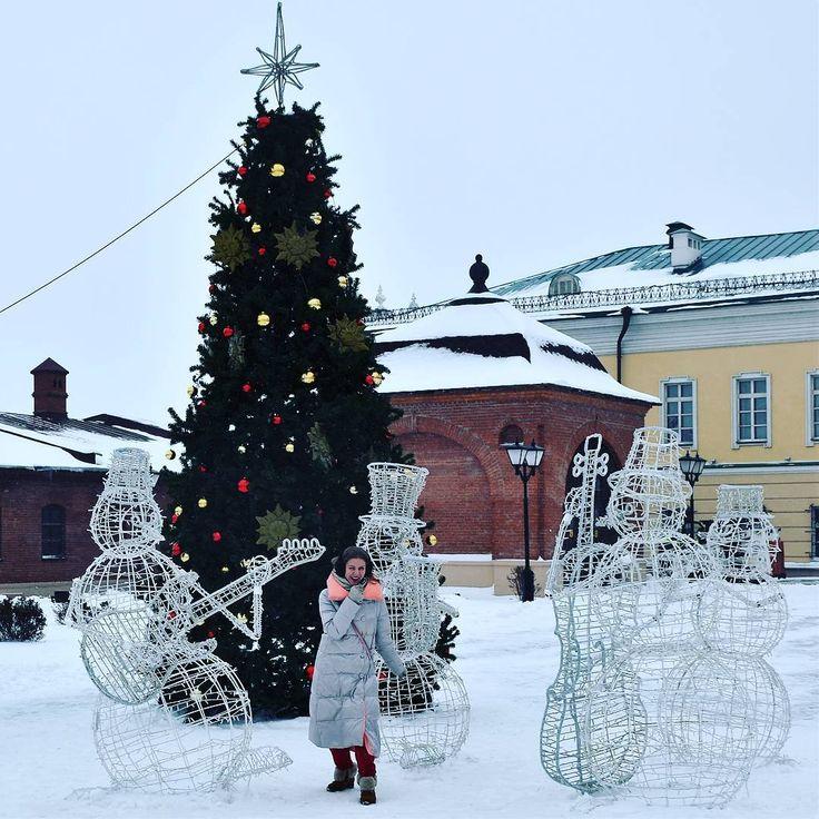 Вдарим рок в этой дыре))) Что-то сегодня захотелось показать вам напишу со снеговиками группу, мы ещё новички в этом деле, но очень стараемся!   #джаз #рок #группа #япою #арт #зимниезабавы #елка🎄 #я #этовесело #снеговик #русская_зима #russianwinter #russia #singer #snowman #fun #art #streetart #lifeofadventure #love