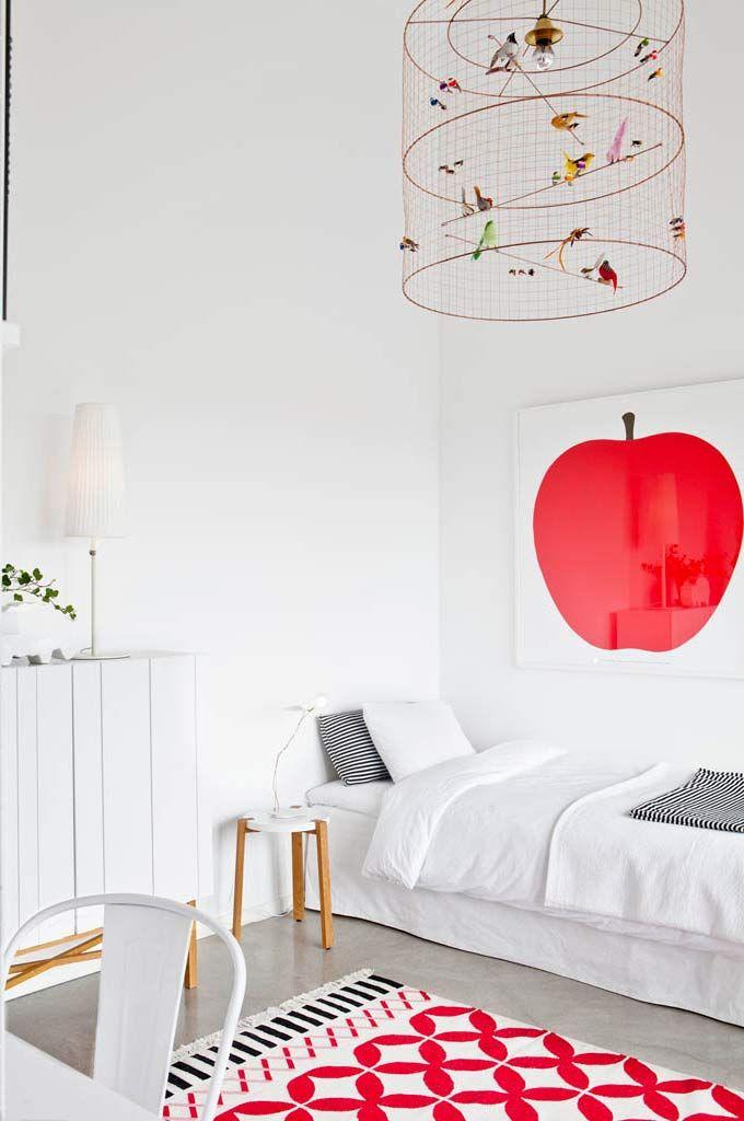 biel + czerwone akcenty + żyrandol z ptaszkami (projekt: mathieu challières)