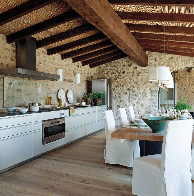 Una casa rústica en Mallorca con arcos y paredes de piedra