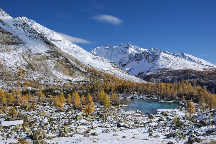 Lago delle Acque Sparse in veste autunnale - Il lago delle Acque Sparse in alta Val Grosina vestito d'autunno.: