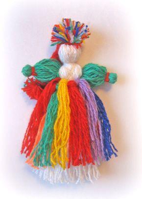 1 Для Веснянки нужны полушерстяные белые и цветные нитки. Мне захотелось взять нитки цветов радуги. 2 Делаем намотку для тела — 21 см, для рук — 14 и для косы — 17 см. 3…