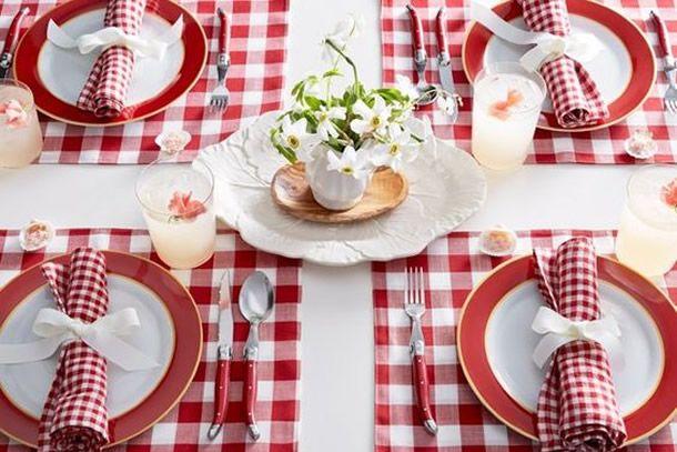 piquenique de páscoa villa pano com produtos para decorar a mesa em vermelho xadrez.