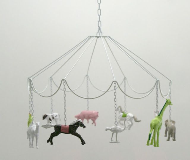 1 carcasse d'abat-jour + des animaux en plastique + de la chaînette = 1 manège à suspendre
