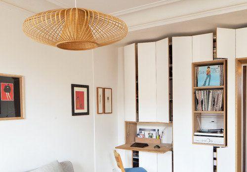 Díky zařízení zapuštěnému do skříňové stěny zbylo dostatek místa pro velký gauč a prostor kolem Foto: