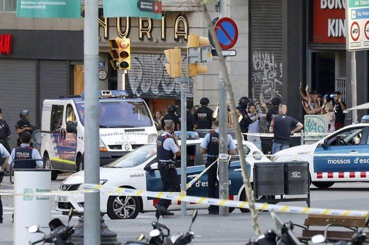 Ataque en Barcelona El video en que se ve el paso del furgón y cómo una pareja con un niño se salva por centímetros - Publimetro Chile
