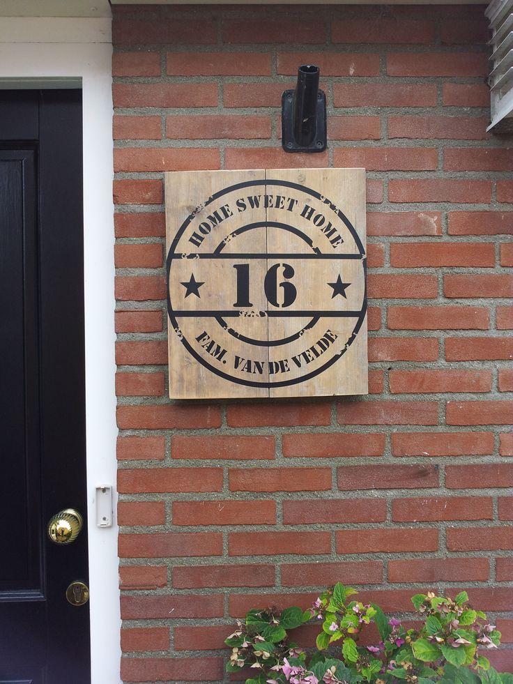 Een steigerhouten naambord voor bij de voordeur! Verschillende opdrukken verkrijgbaar enhet is gebeitst. Heeft u een idee? Geef het door. Let op! Altijd doorgeven bij opmerkingen: bovenste,...