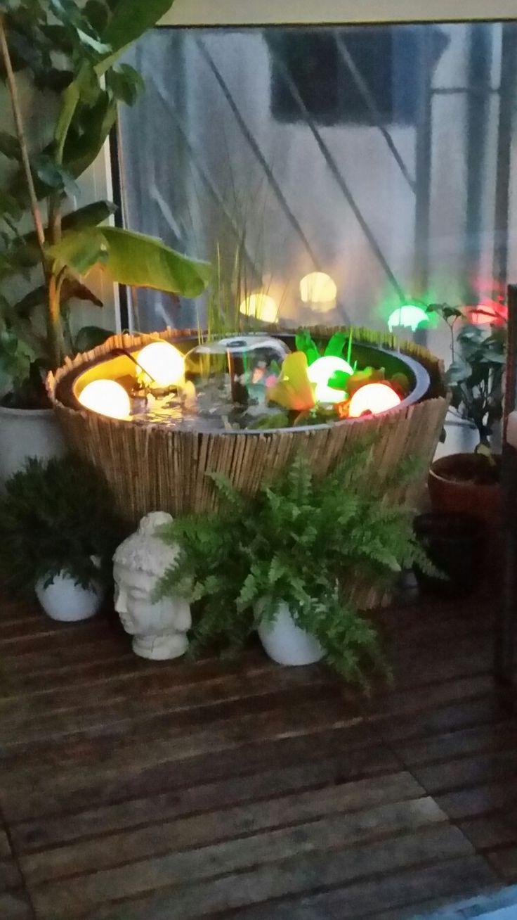 Hier mein Balkonteich mit LED Schwimmkugeln gekauft bei ebay und nem anderen Springbrunnen Aufsatz