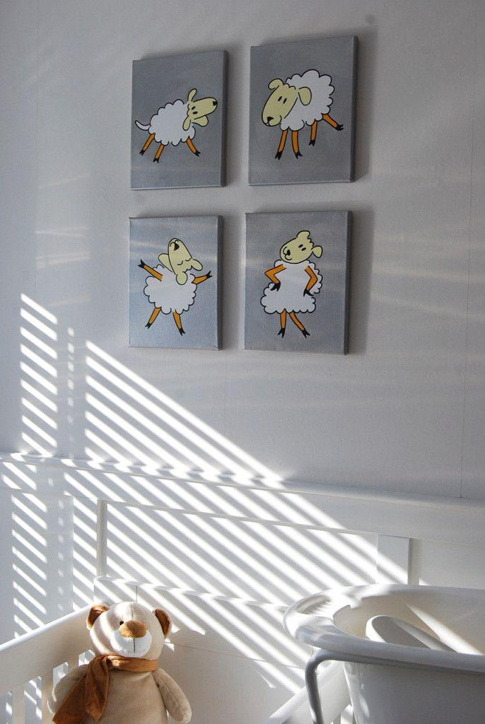 Babykamer met grijze accessoires. Als extra accent is de serie in zilver geschilderd. Prachtig bij het wit van de schaapjes. Je mag zelf kiezen: dier & kleur!
