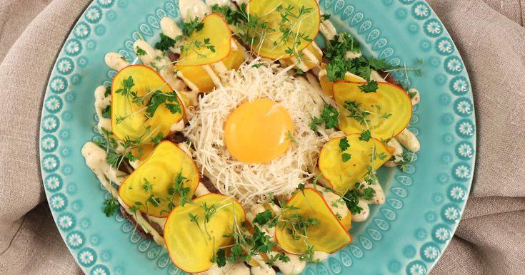 Lövbiff - en klassiker som tillagas i många kök. Här serverar Tom Sjöstedt köttbiten med råa och kokta gulbetor, senapsmajonnäs, rå äggula och riven pepparrot.