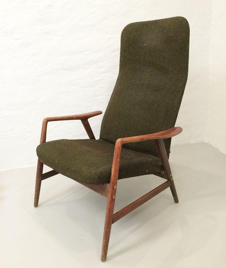 Före: Fåtöljen Kontur designad av Alf Svensson. Klädd i brun/grönt/gult ulltyg och  avskavda mahogny-betsade armstöd.