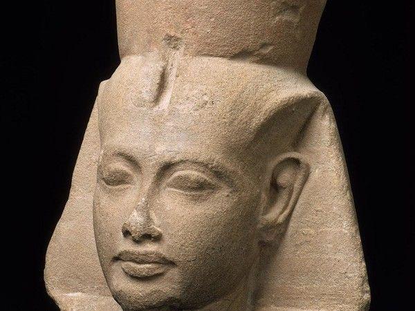 Testa del re Tutankhamon, Egitto, Nuovo Regno, XVIII Dinastia, regno di Tutankhamon, 1336-1327 a.C., arenaria, cm 29,6x26,5. Boston, Museum of Fine Arts
