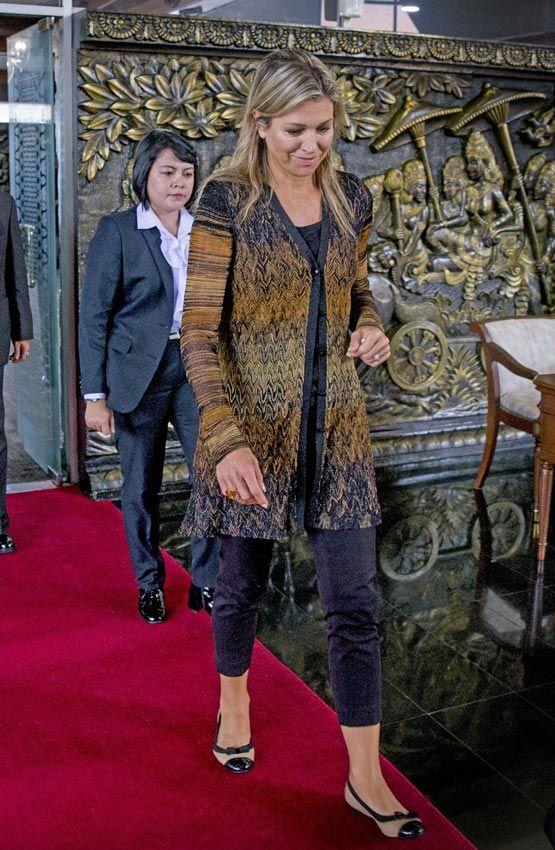 Reina Máxima de Holanda Acto: Llegada al aeropuerto de Jakarta para comenzar su visita por Indonesia. Fecha: 29 de agosto de 2016. 'Look': Máxima de Holanda optó por un abrigo estampado en tonos dorado, que combinó con un pantalón 'cropped' y unas bailarinas bicolor.