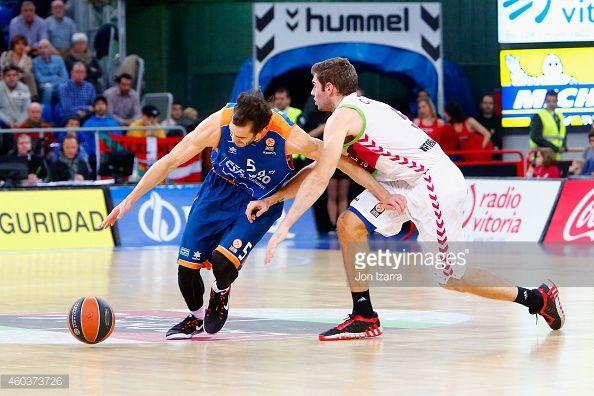 El basquetbol jugadora jugando basquetbal en el partido de basquetbol de valencia, Spain. Es muy ruidoso.