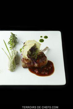 Poêlée de côte de porc ibérique à la sarriette, fondue d'artichauts et son jus de viande, tuile au parmesan