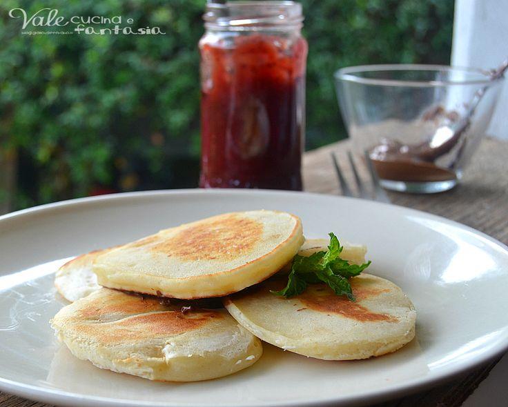 Pancake alla ricotta ricetta senza uova e burro soffici, leggeri e molto golosi, ideali per la prima colazione accompagnati da marmellata nutella e frutta