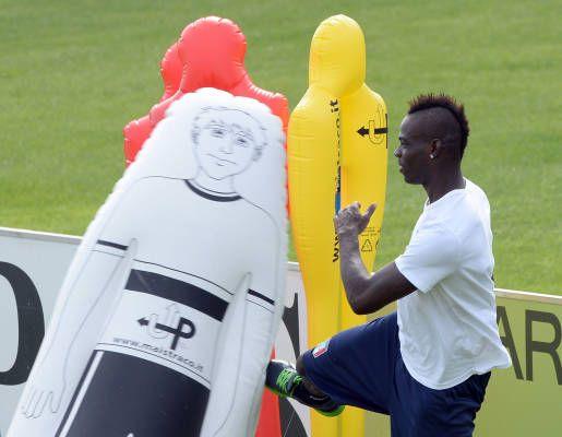 #Italia, #Balotelli show a #Coverciano: scherzi e risate in allenamento. L'attaccante del #Milan grande protagonista nel ritiro della Nazionale azzurra.