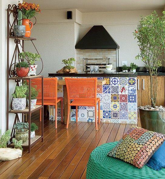 Com 34 m², que representam metade da área social no apartamento de 174 m², a varanda é o local mais importante para os moradores. Em frente à churrasqueira e à pia, a decoradora Aline Oishi criou a bancada com azulejos antigos